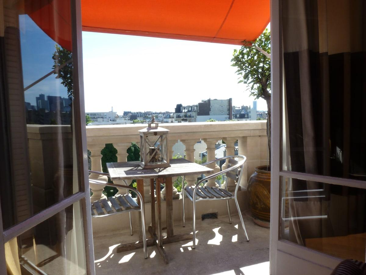 Single room in a Parisian flat
