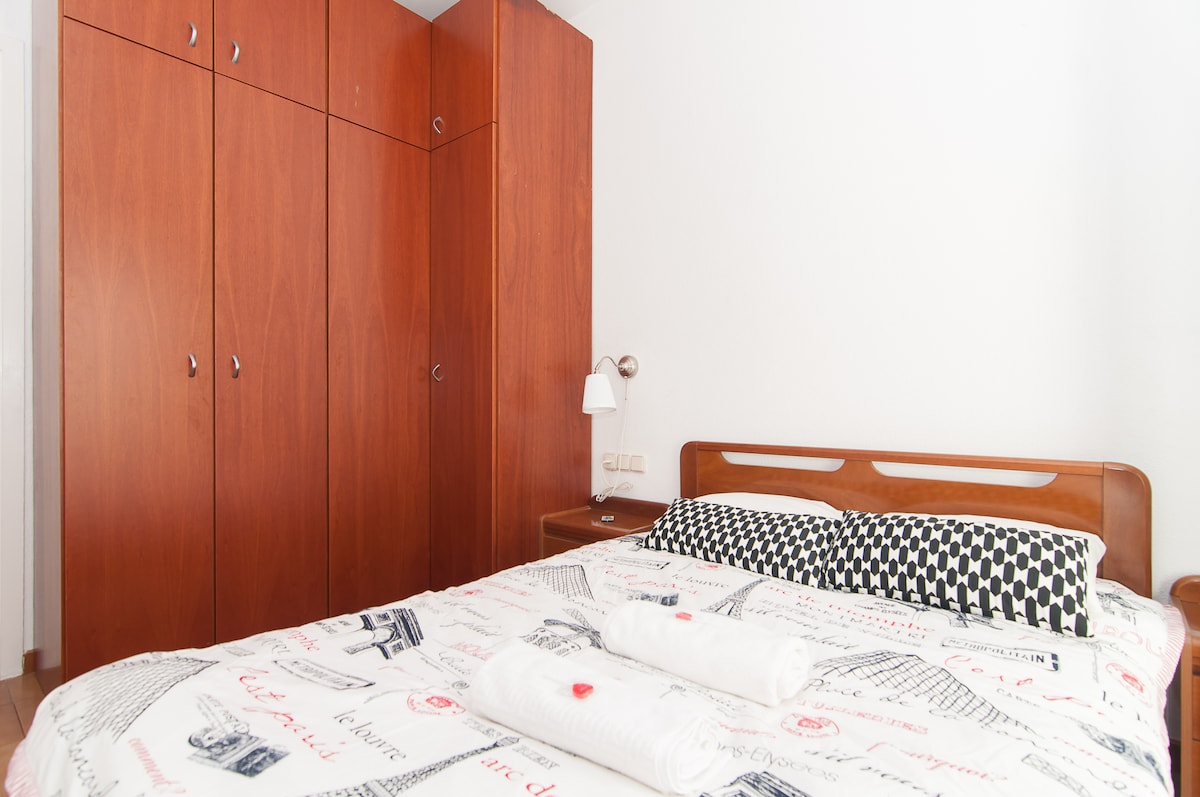 The bed is very comfortable, with new latex mattress, 1.40cms, very clean ,bright, and quiet, with ample space to hang your clothes and store luggage.