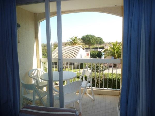 Balcon avec vue sur la piscine et la mer