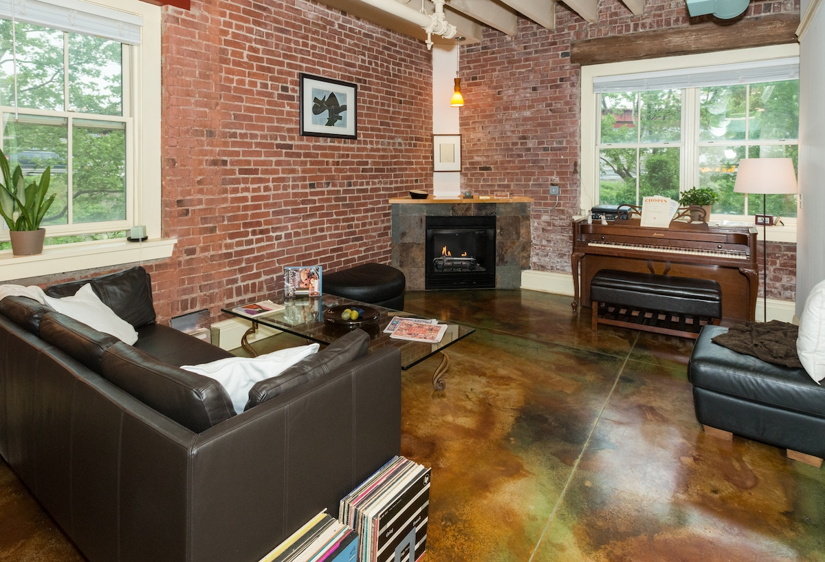 SHARED LIVING ROOM, GAS FIREPLACE, CENTRAL AIR....