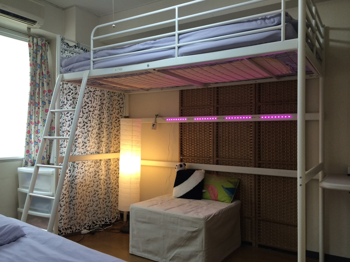 1 min walk from Otsuka station of JR Yamanote Line.  1 loft bed, and 1 semi-double bed comfortably sleeps 3!