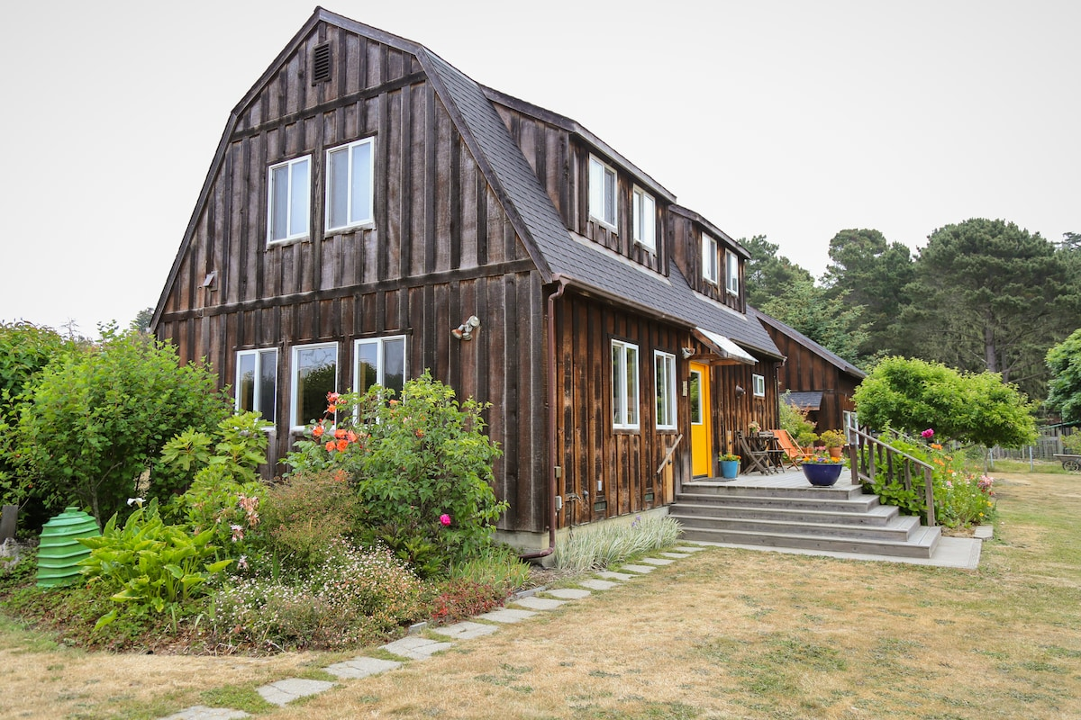 Gambrel roof barn with studio on the first floor