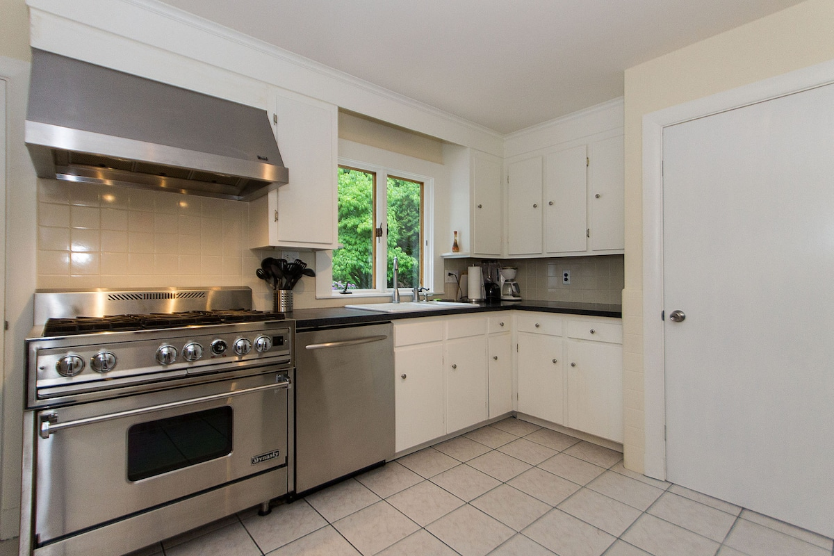 Spacious and functional kitchen with view of the yard.