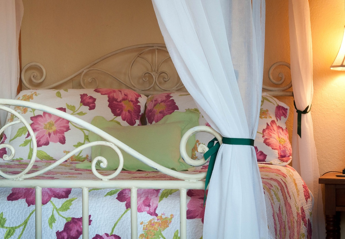 Canopy bed, so romantic!