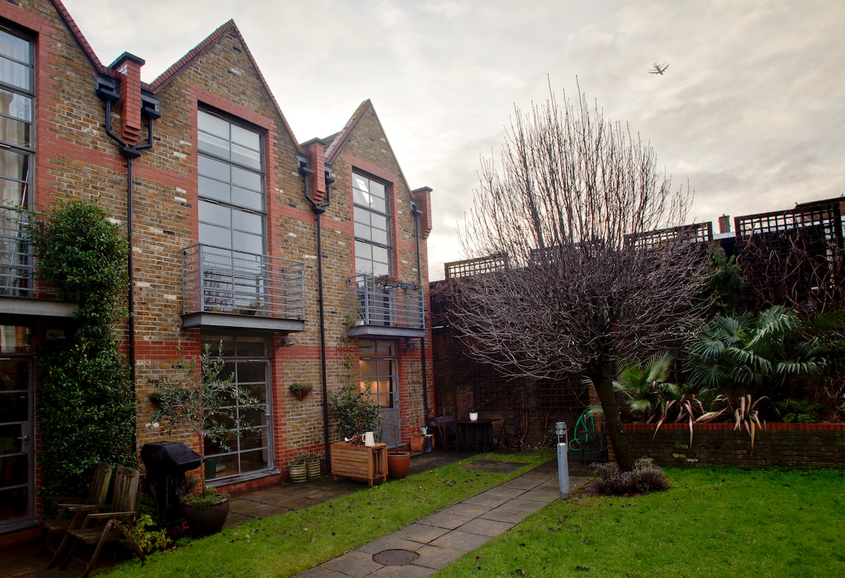 back entrance via communal garden, house on right. Kitchen door opens onto the garden.