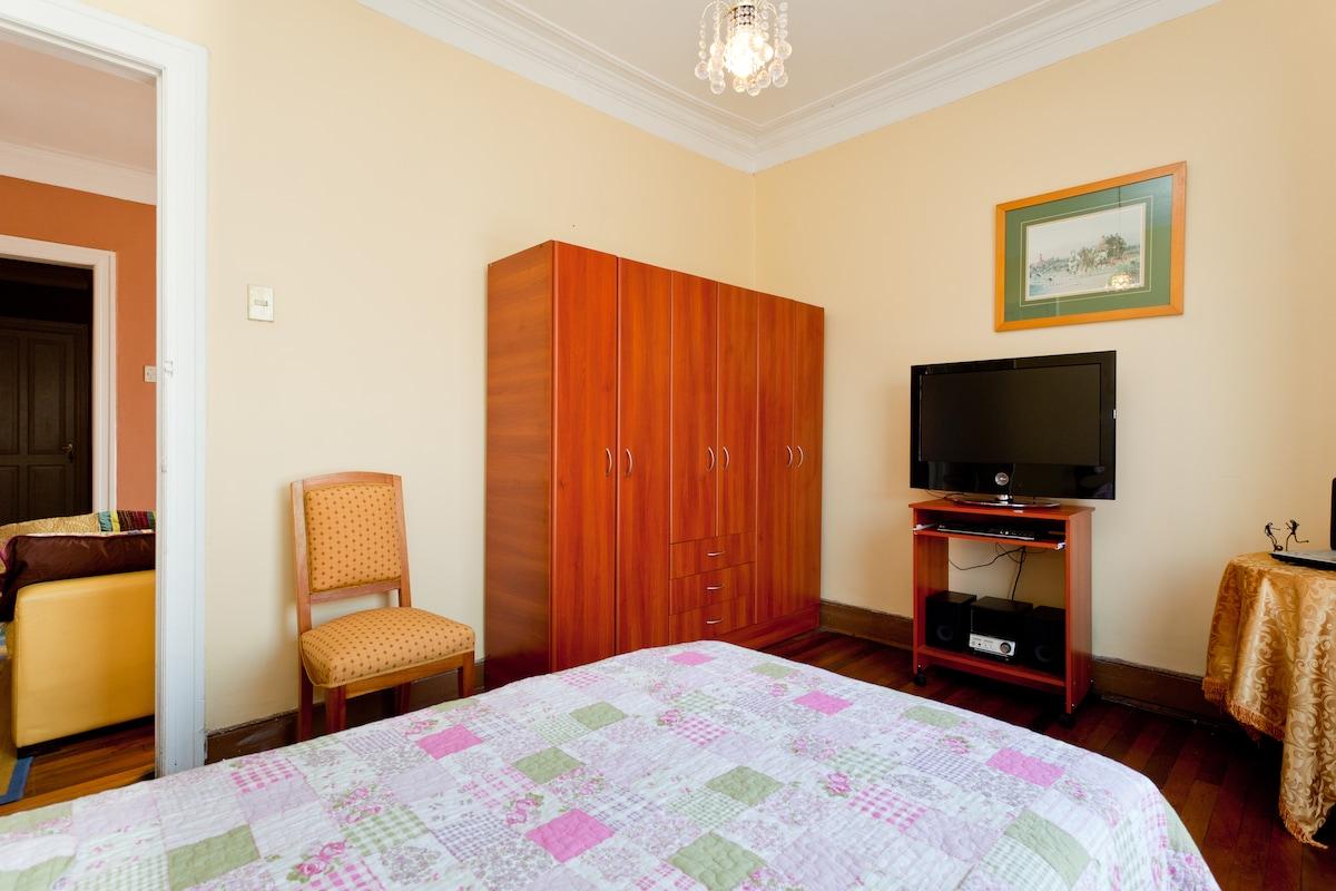 Tu habitación con luz natural y balcón.