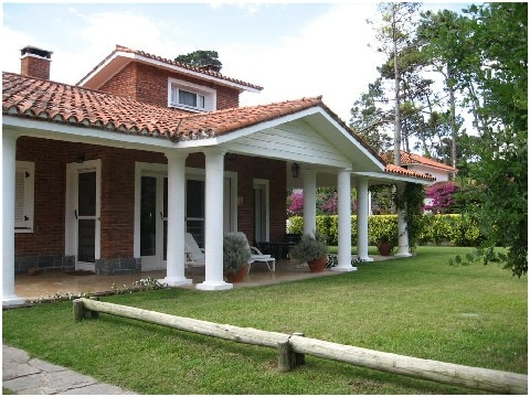 Observen la galeria techada!!!!! Ideal para disfrutar del jardin en cualquier epoca!!!!