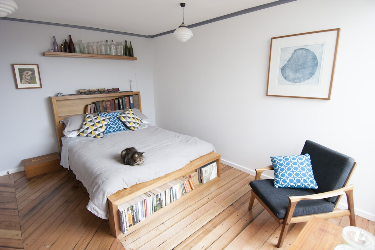 Huge room, arty eclectic home +cats