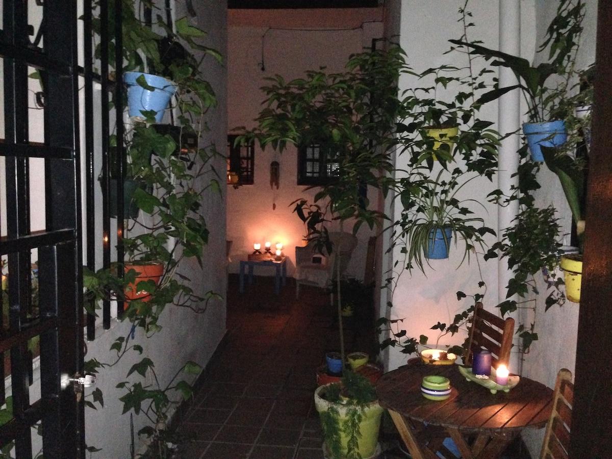 El patio con las velas