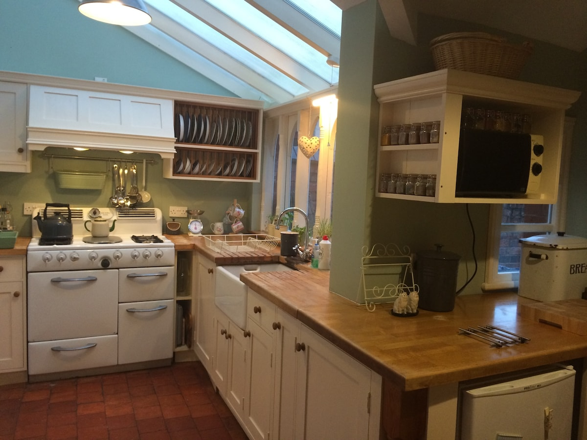 The kitchen: original 1960's cooker and vintage-style accessories.