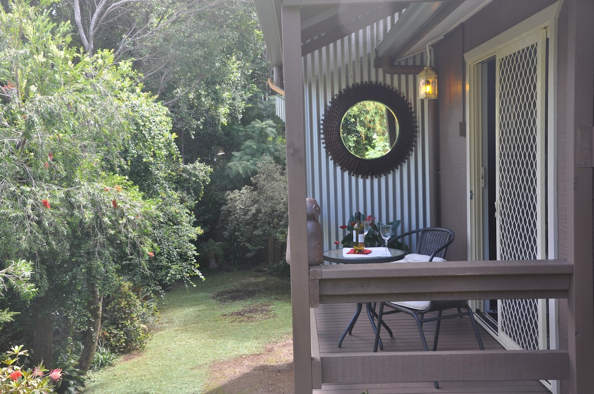 Guests pvte balcony- sheltered and secluded, a great spot to sit, sup  and sip! !