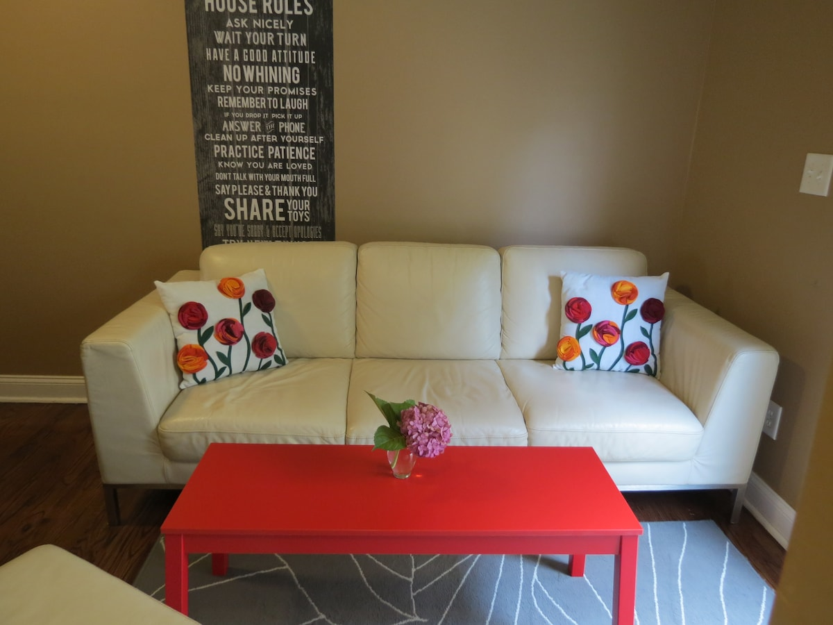 Comfortable leather couch for relaxing or for third guest to sleep in - extra pillow&blanket available in the closet.