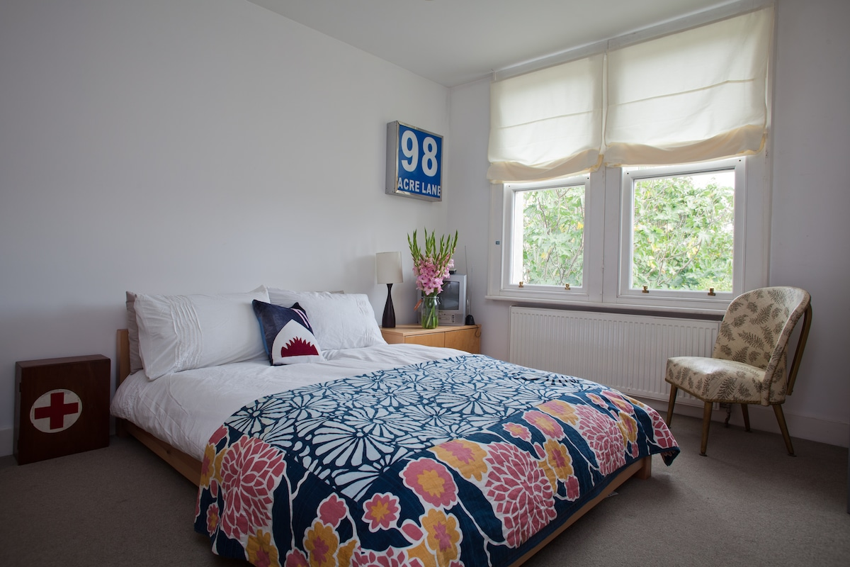 Blue Room with private bathroom on it's own level on the first floor, fun and quirky 16sqm