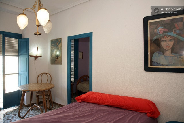 Triple room / double bed over the Street