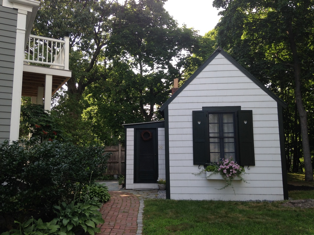 3 room country cottage in Boston