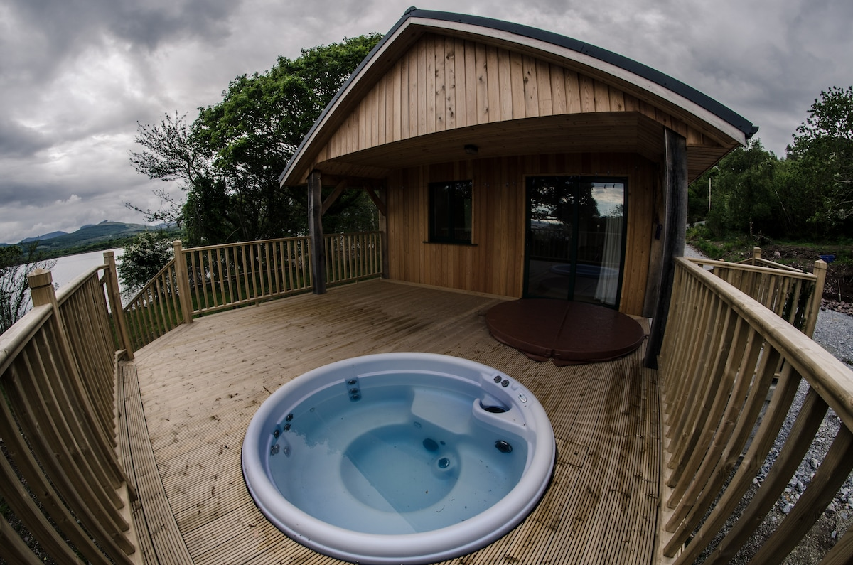 Woodland cabin with hot-tub jacuzzi