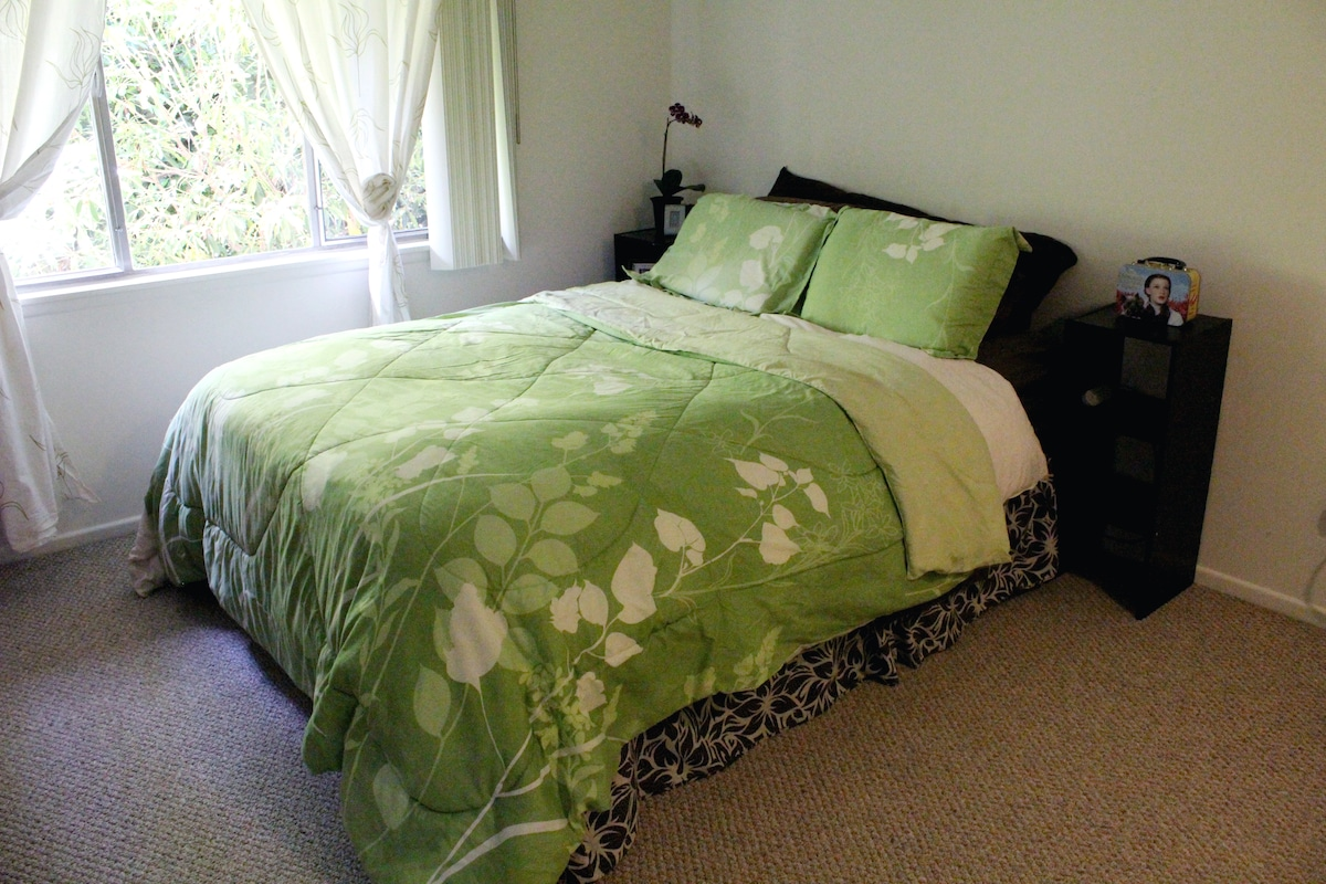 Queen size Select Comfort bed! You can adjust the firmness/softness of your side!
