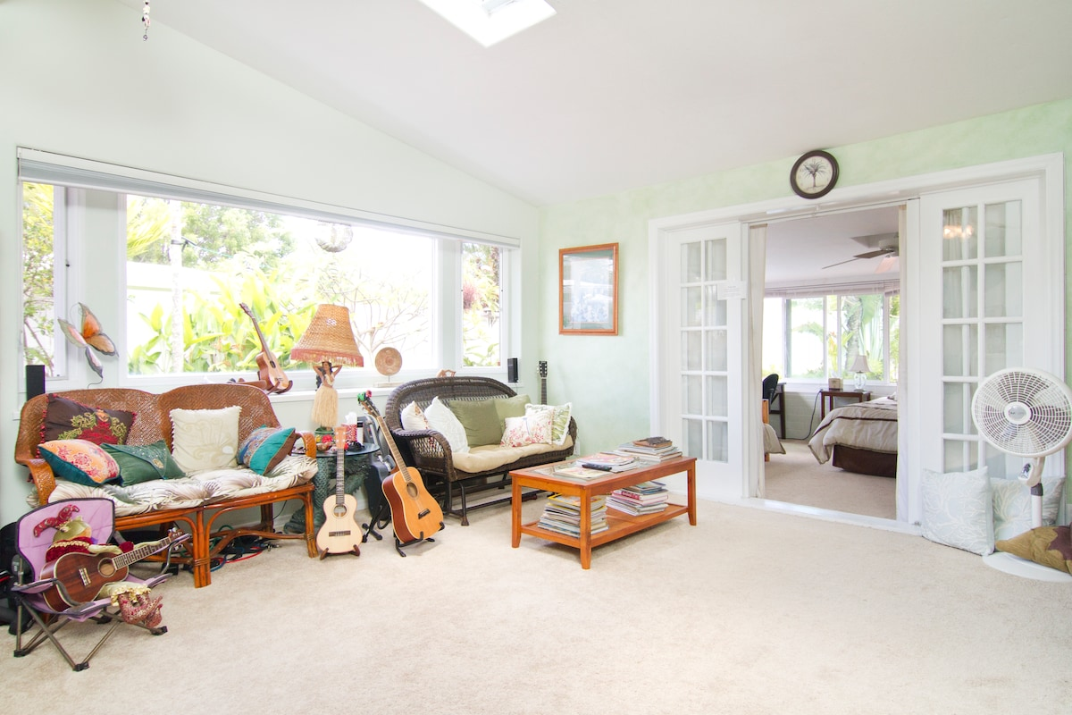 Large Sunny Room in House in Kailua