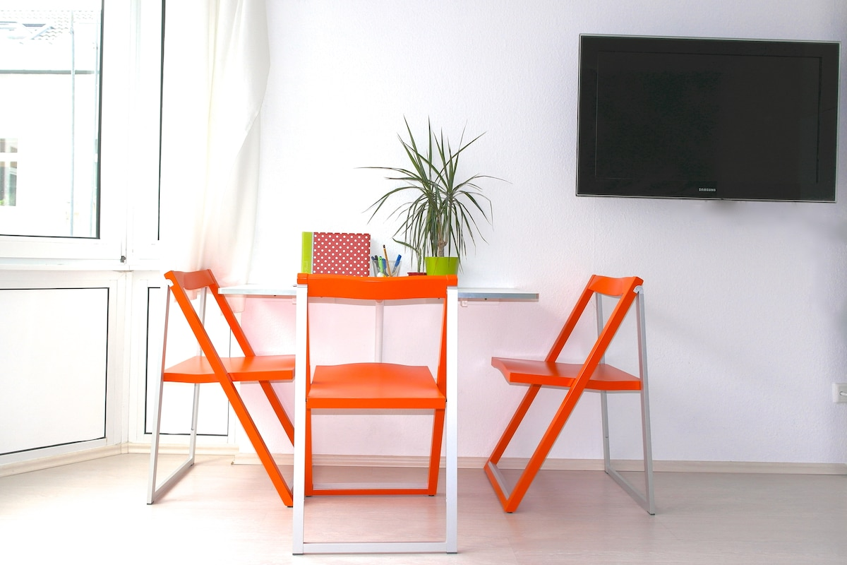 "Calligaris designer table and chairs  Samsung 40"" TV"