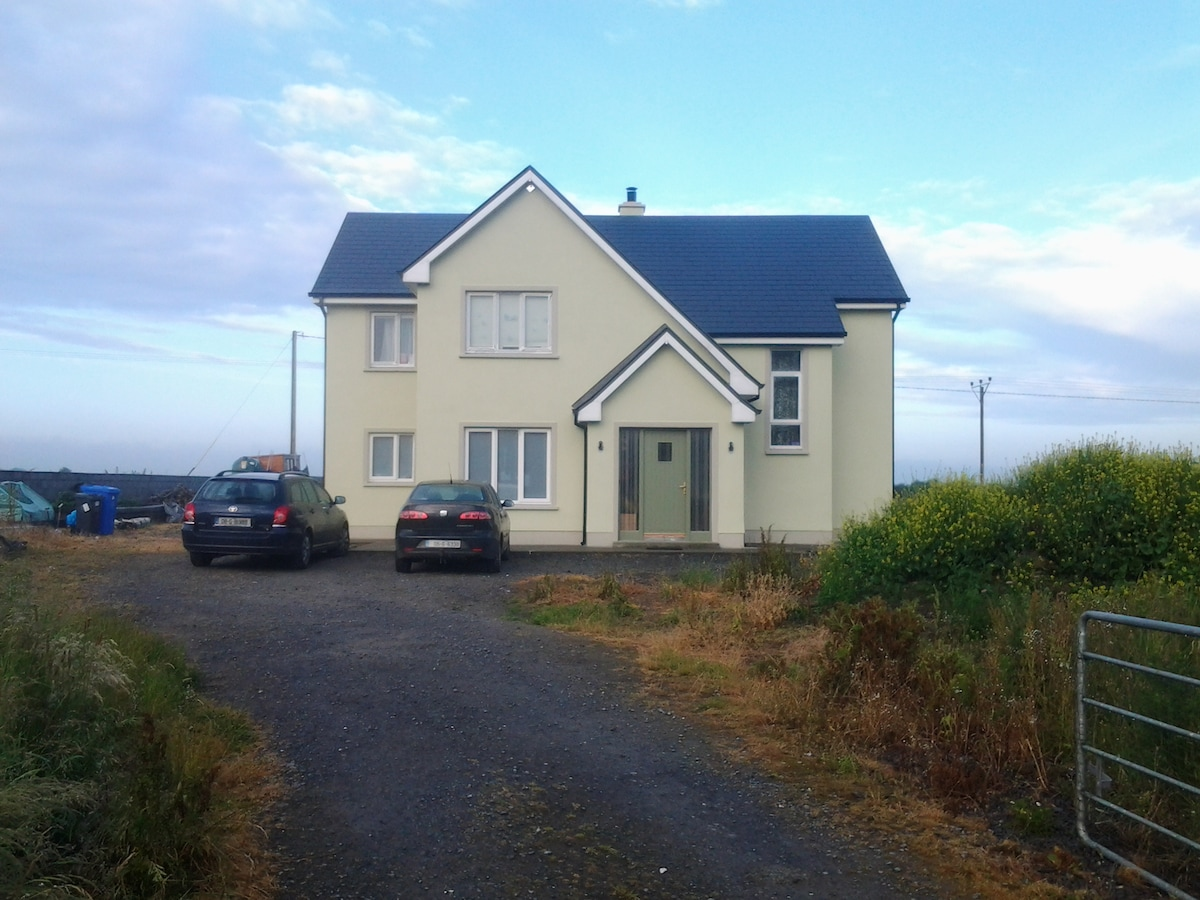 Oranmore, with free wifi & jacuzzi