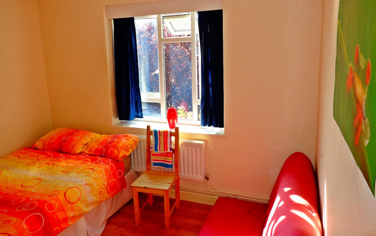 Cosy room in a friendly flat-share