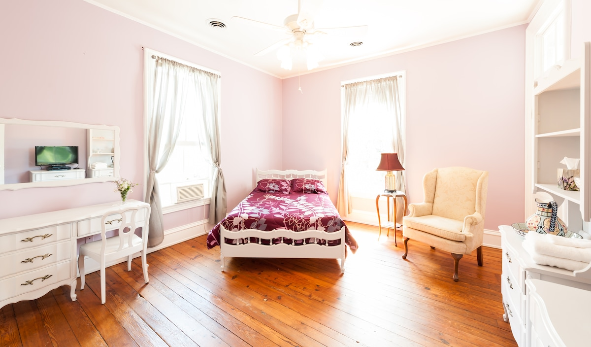 Lavender Room with spring/summer linens