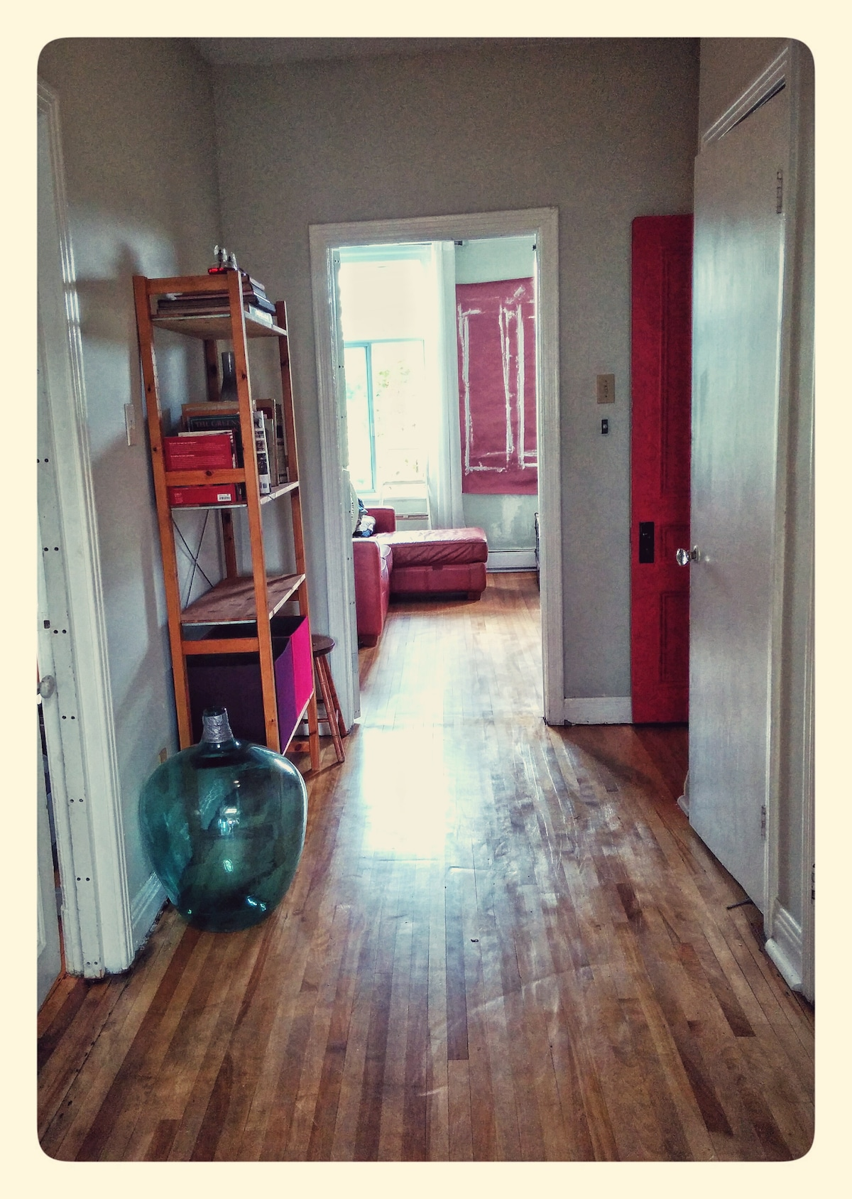 Cozy room in sunny Mile End apt