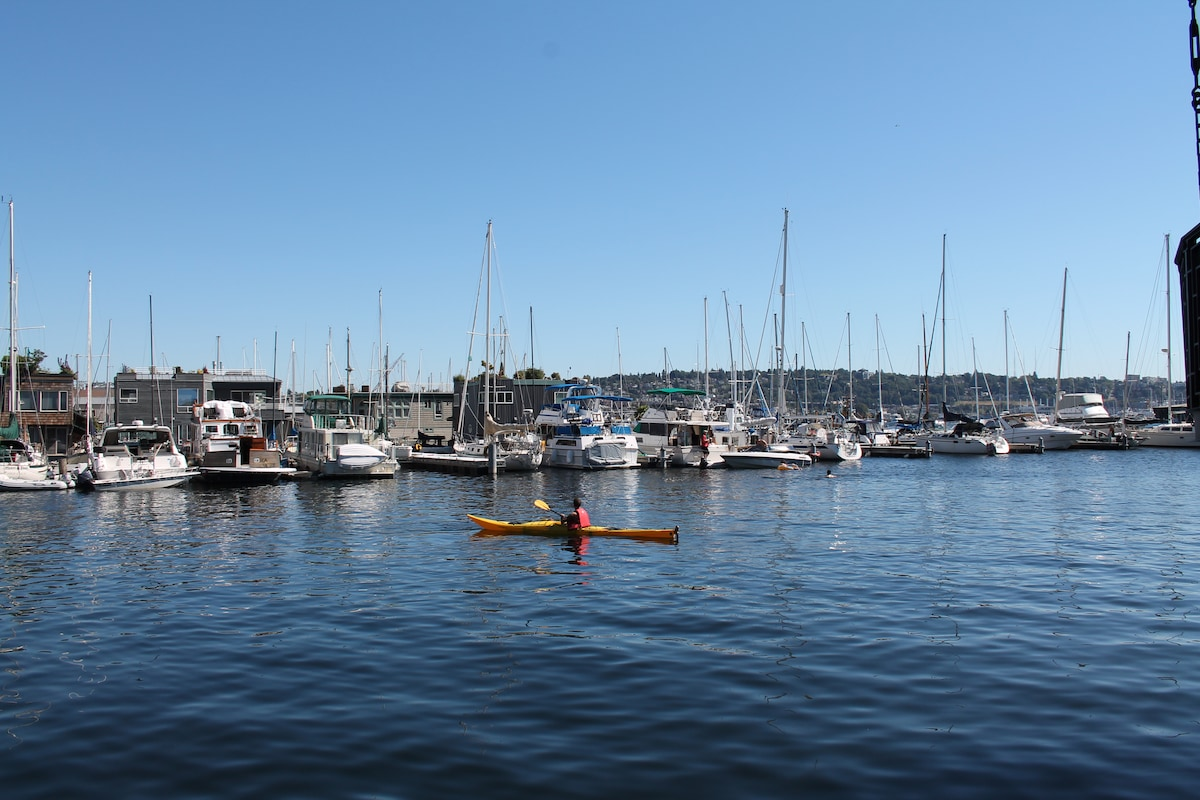 Romantic new Seattle houseboat