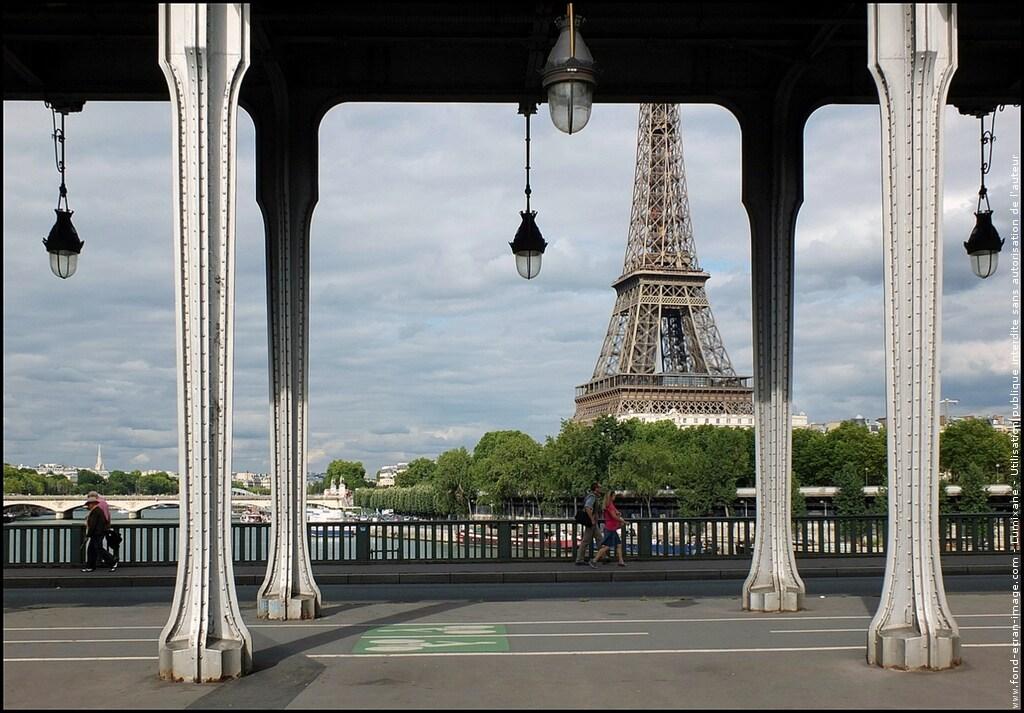 Small Studio Eiffel Tower
