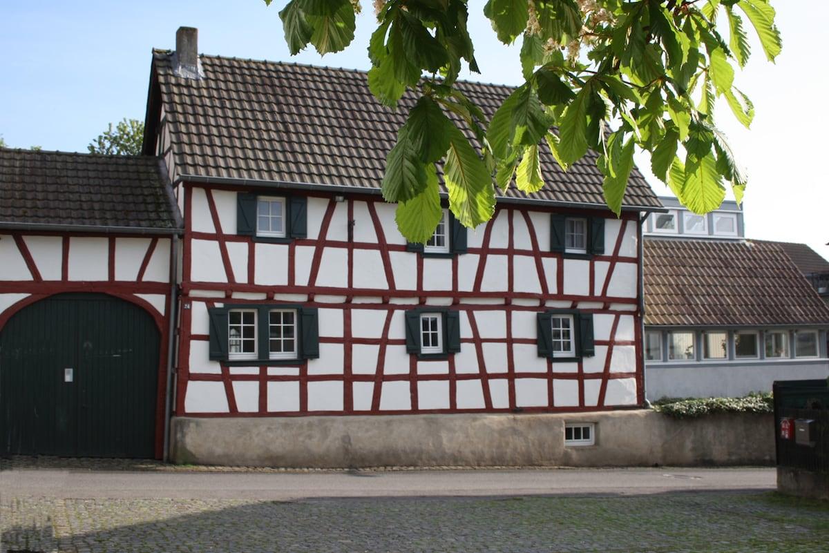 Idyllic countryside farmhouse 4-6 p