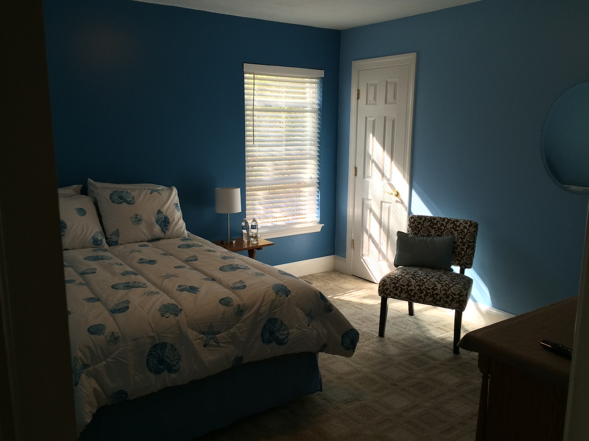 Airy bedroom, walk to the beach!