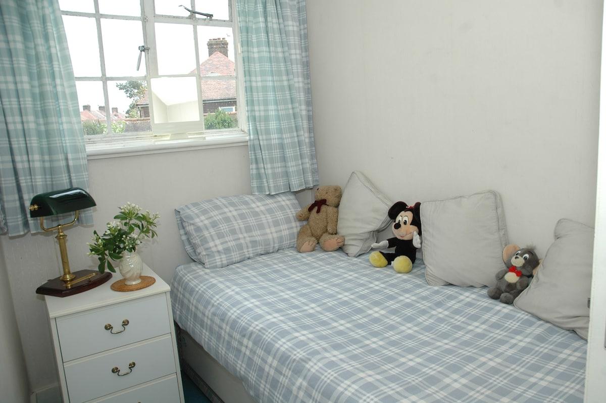 LOVELY SINGLE BEDROOM Comfy Bed!