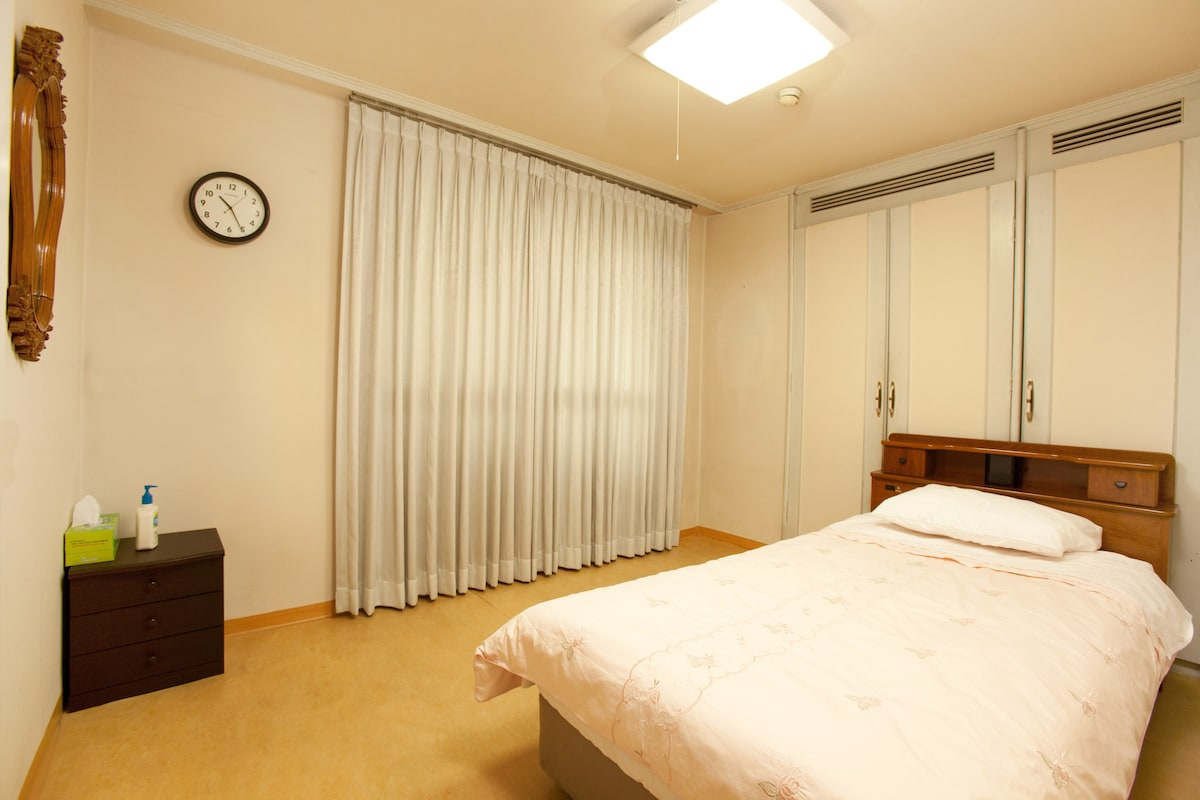 Apkujong Room B - Heart of Seoul