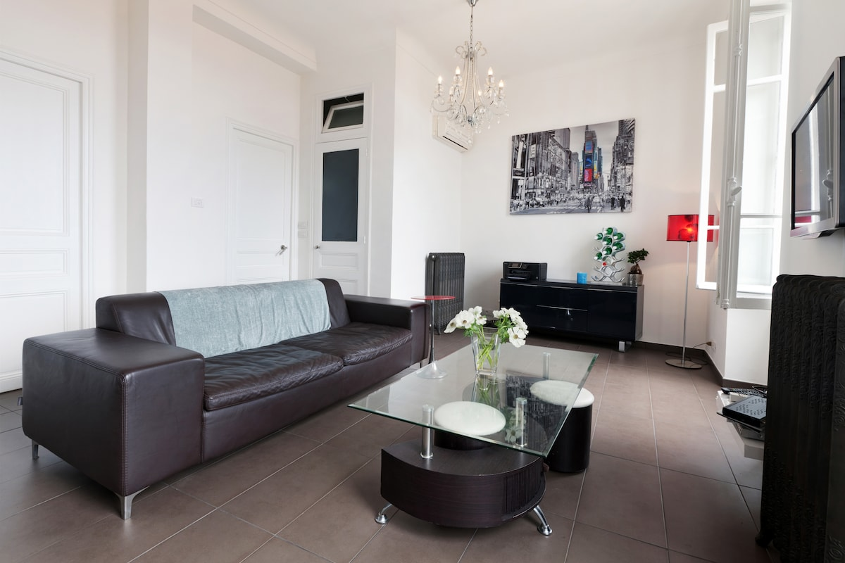 Airconditioning, WIFI. The living area  is light and airy with a contemporary feel and just a five minute walk to the Cafe de Paris, famous Casino and the very centre of Monte Carlo