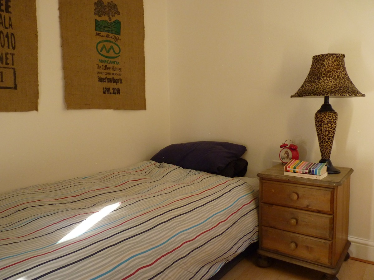Cosy modern single room available