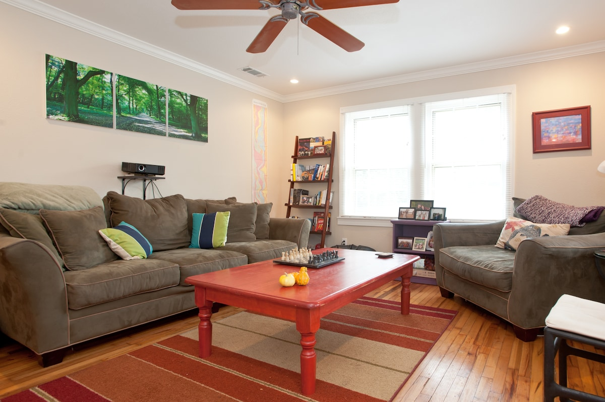 Cute Room in South Austin Bungalow!