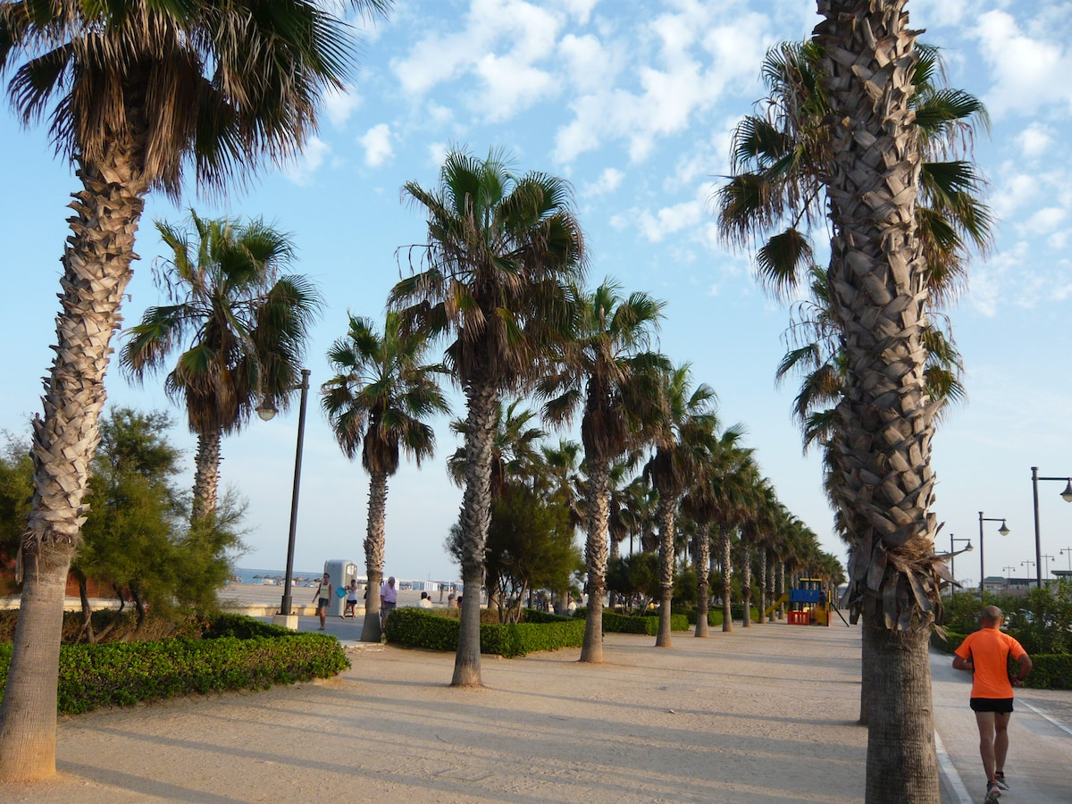 BLUEMALVA02 is located less than 5 min walking to the Malvarrosa Sand Beach!