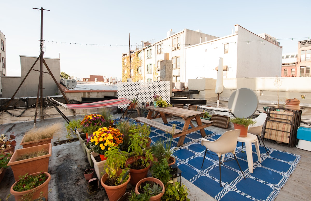 Please enjoy some time on the rooftop relaxing in the hammock or eating a meal at the picnic table! Roof access through the kitchen- My little garden, hammock, and picnic table are all ready for guests!
