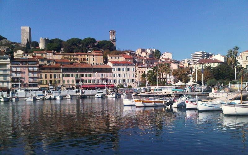 Proche palais sur le port de Cannes