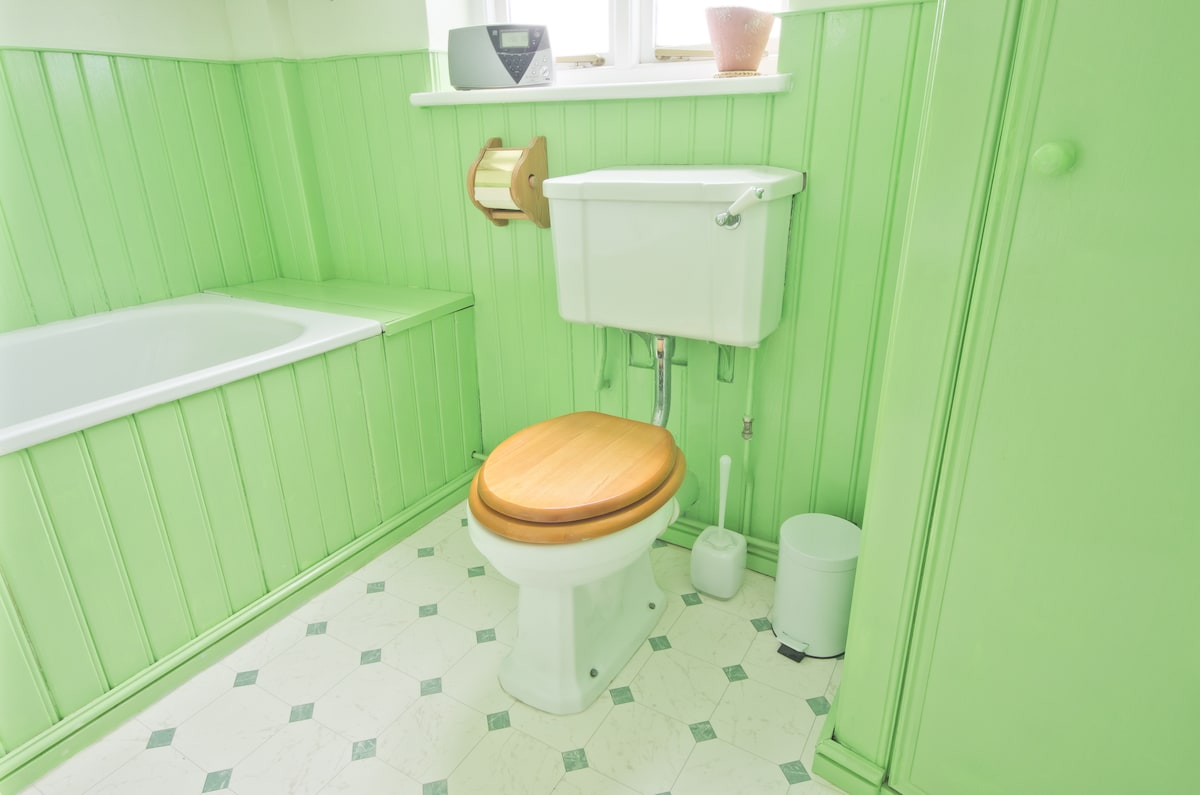 Yup - the bathroom contains everything you would expect to find...