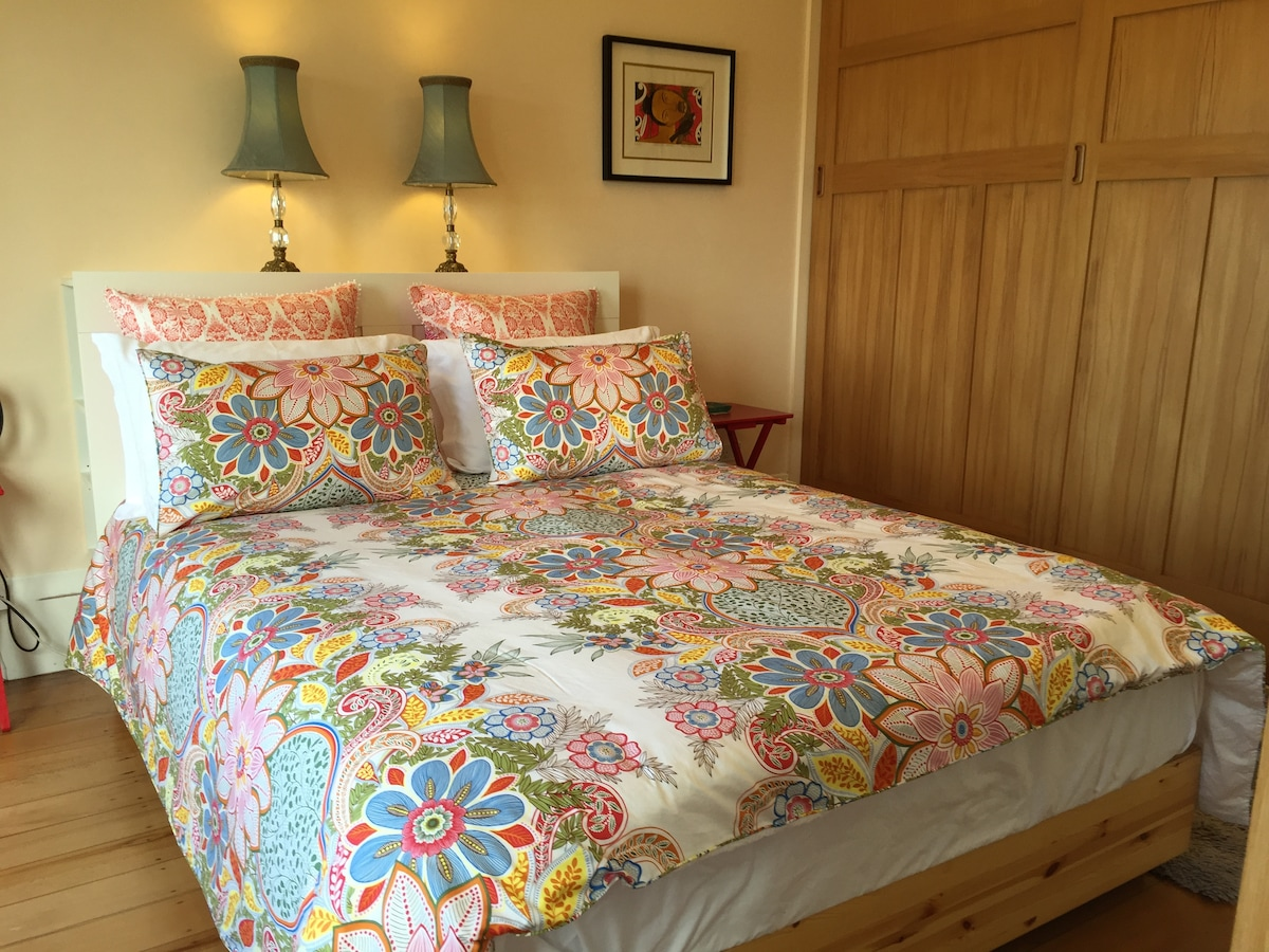 Freshly-ironed cotton linen dress your bed. Latex-topped mattress & memory-foam pillows - deliciously comfortable.