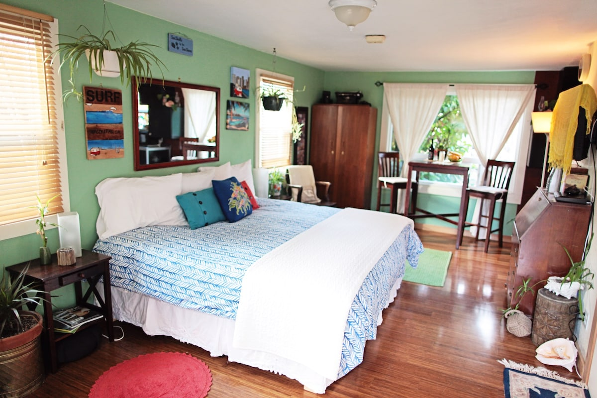 Cozy king size bed ~ your choice of feather pillows or alternative down... Cotton sheets and  duvet ...