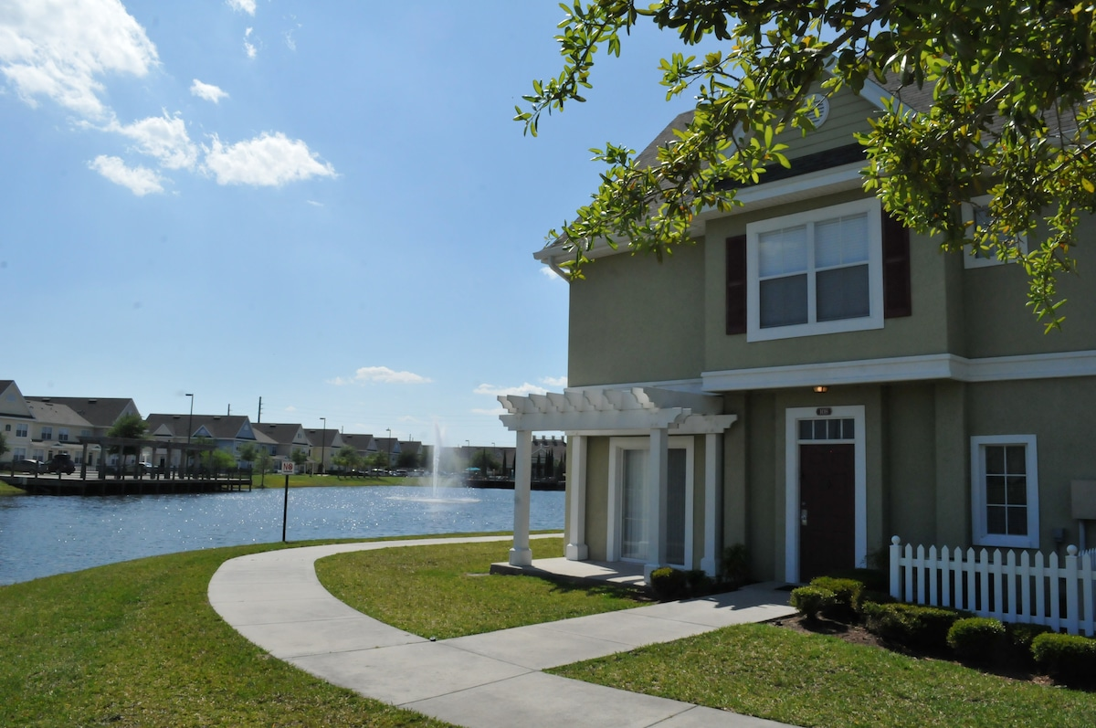 4 BEDROOM 3 BATH TOWNHOME 6 MILES FROM DISNEY