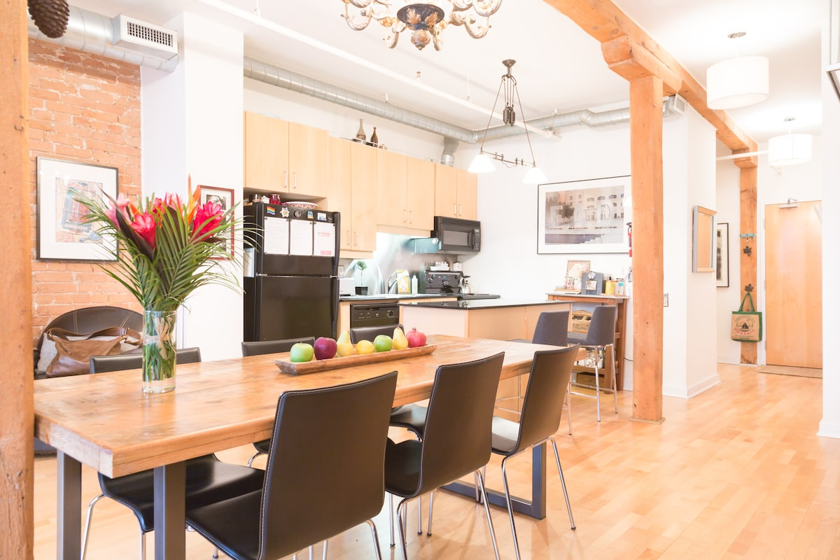 Gorgeous authentic loft downtown in toronto for Best private dining rooms downtown toronto
