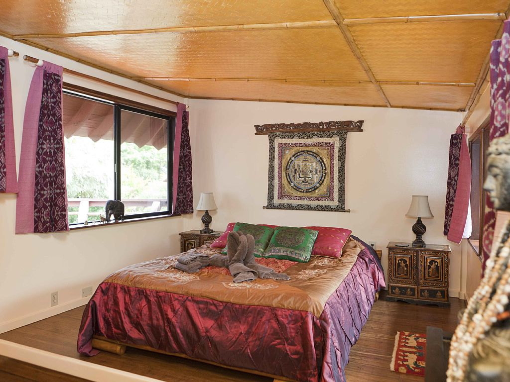 Our Indian room has a  direct view to the ocean and to our 4 element garden. Two in one. Spacious with hanging closet and mirror wall.