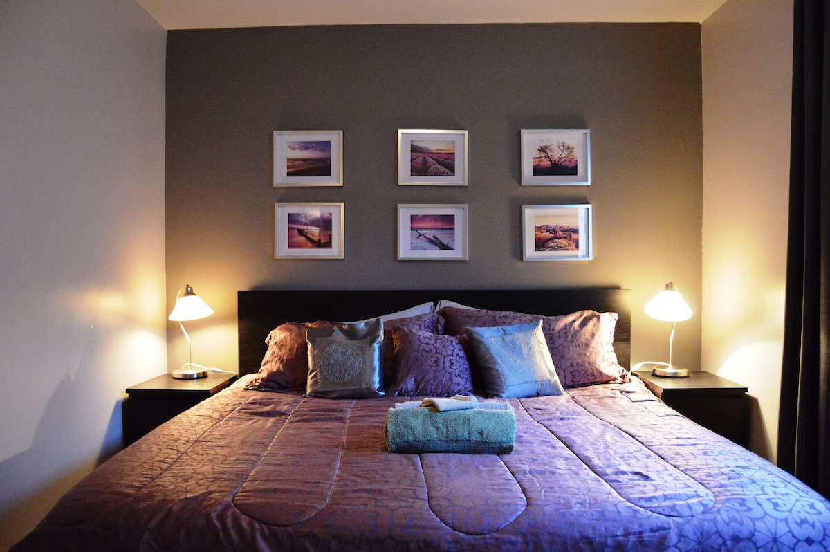 Main room with king bed. Chambre principale avec lit king