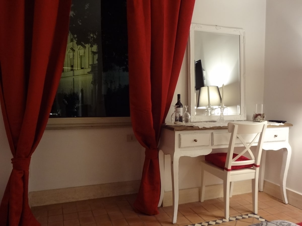 The red room by night, the atmosphere is magical