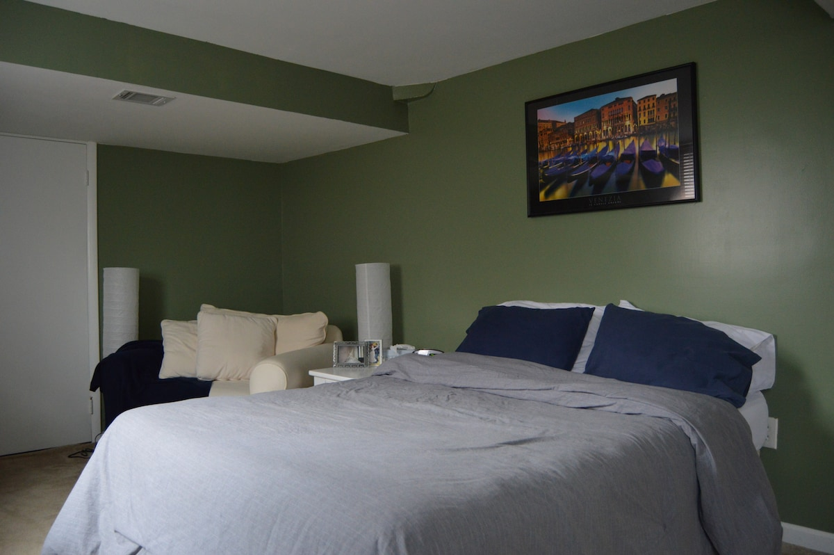 HUGE bed/bath close to FDA and DC