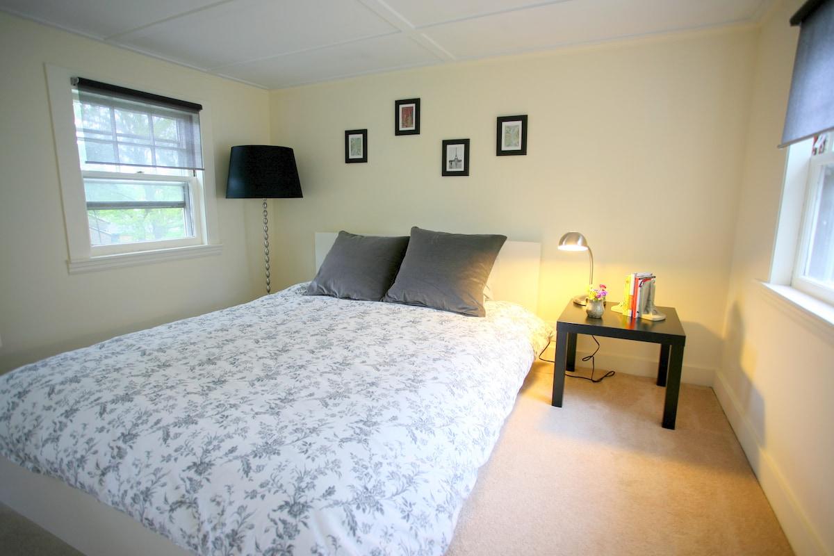Bedroom has a queen size bed.