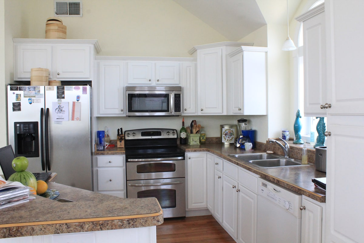 fully equiped kitchen/blender/ coffee pots/pots and pans/ricer cooker/steamers/dishes for up to 18. Stainless appliances.